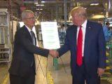 Donald Trump pochwalił się otwarciem fabryki Apple wUSA. Niejest nowa, ani nienależy doApple