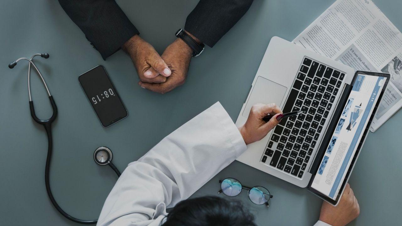 lekarz pokazujący pacjentowi wyniki badań