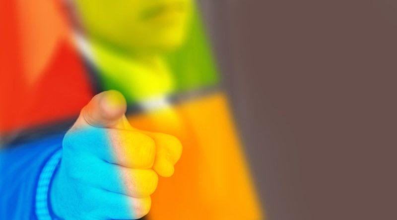 logo Microsoft ze skazującą ręką