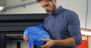 mężczyzna z elementem wydrukowanym w 3D