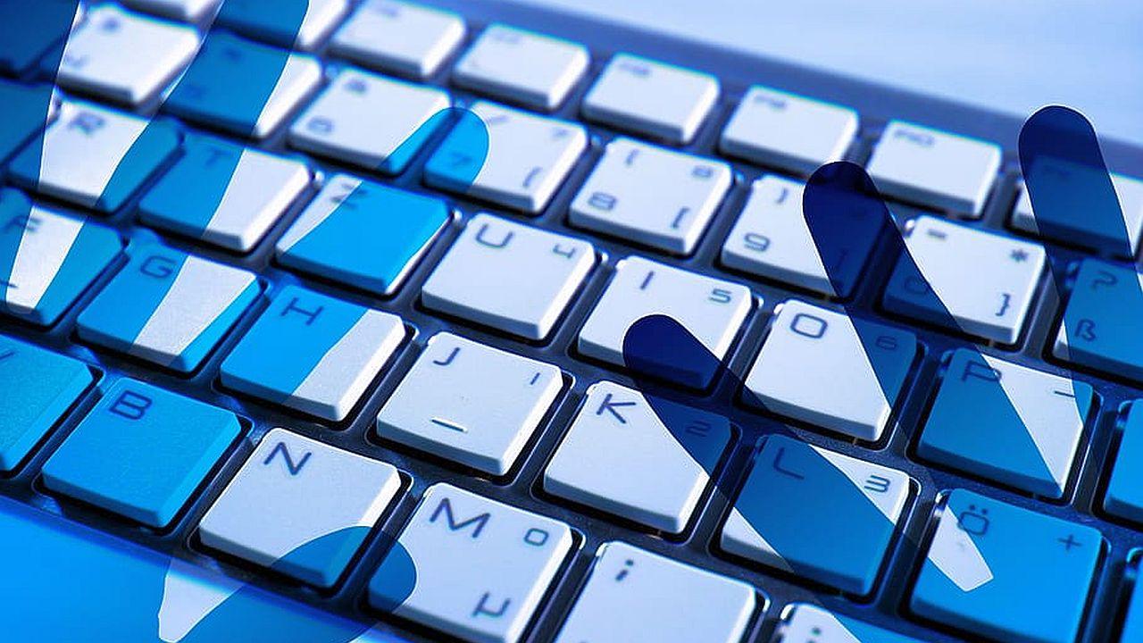 cień dłoni na klawiaturze