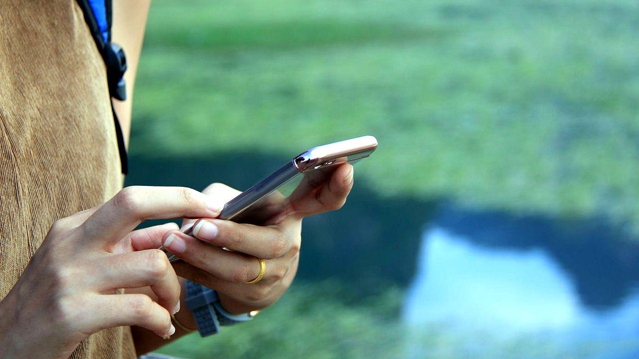 kobieta używająca telefonu