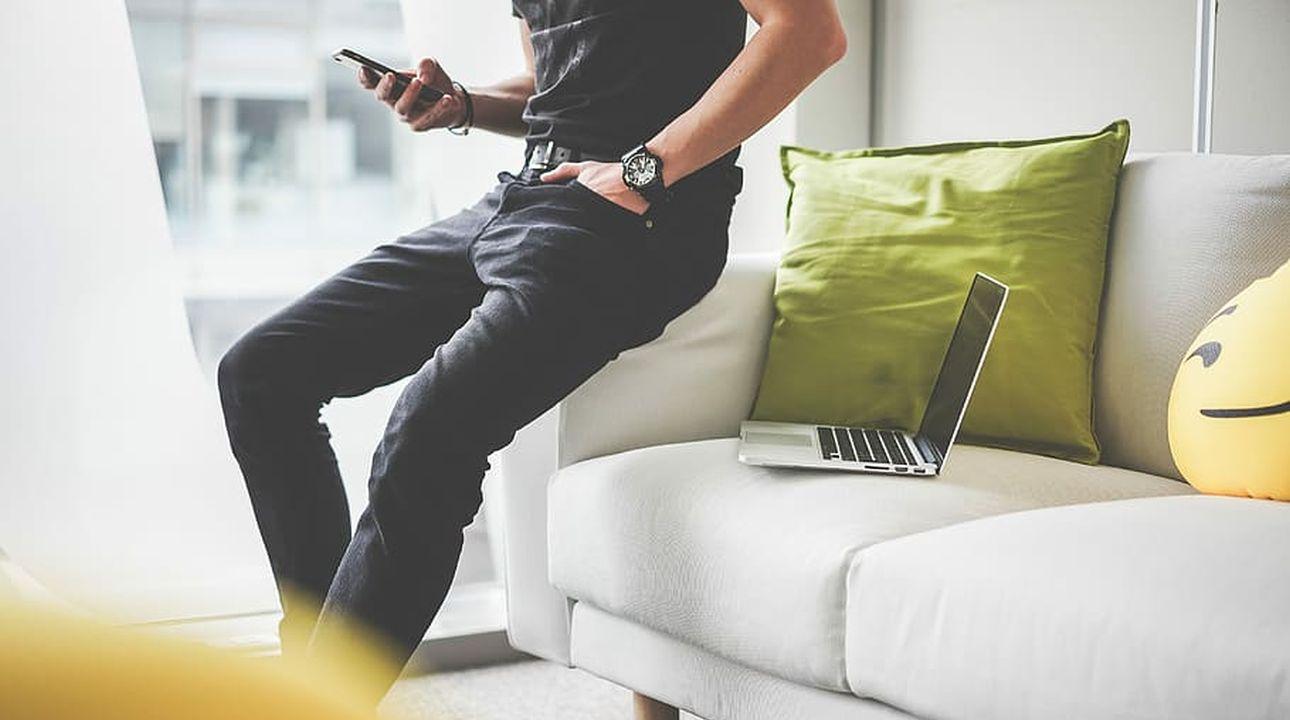 mężczyzna ze smartfonem w ręce
