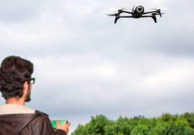mężczyzna pilotujący drona