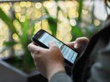 smartfon w dłoniach