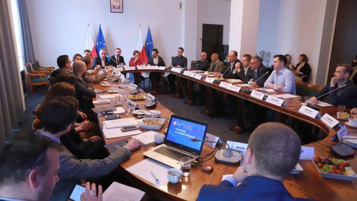 Sztuczna inteligencja ma mieć polskie obywatelstwo. Ministerstwo Rozwoju stawia nanową narodową specjalizację