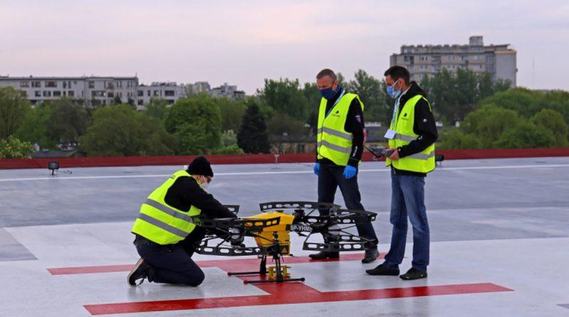 dron transportujący próbki do przebadania na koronawirusa