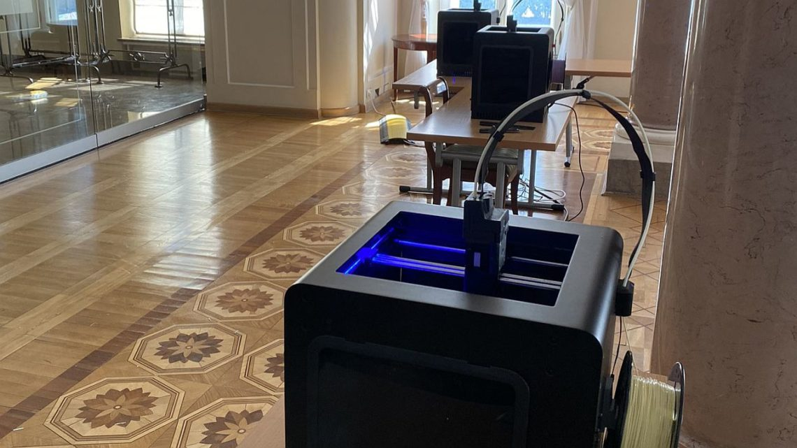 Drukarki 3D produkują oprawki doprzyłbic medycznych wPałacu Prezydenckim