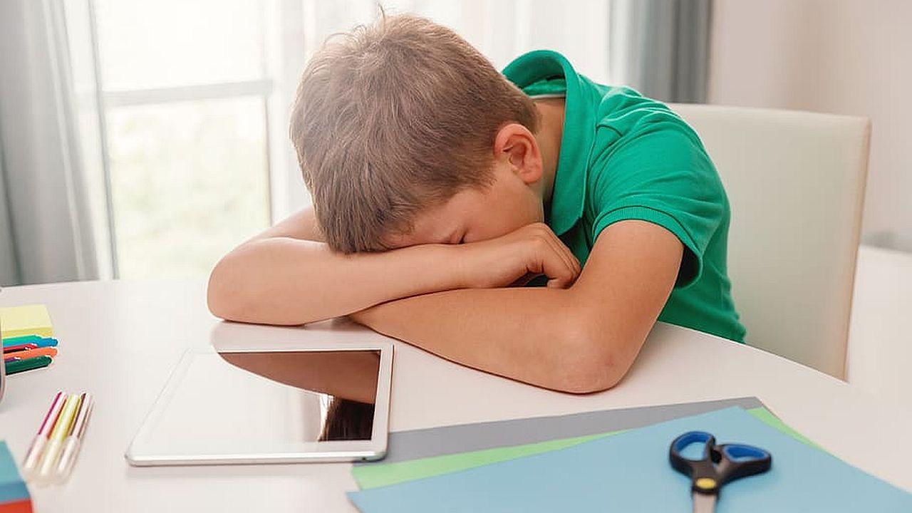dziecko uczące się w domu