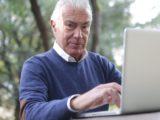 Starszy mężczyzna laptop