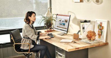 kobieta przed komputerem w biurze