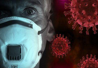 mężczyzna wmaseczce natle koronawirusa