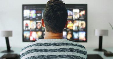mężczyzna oglądający TV