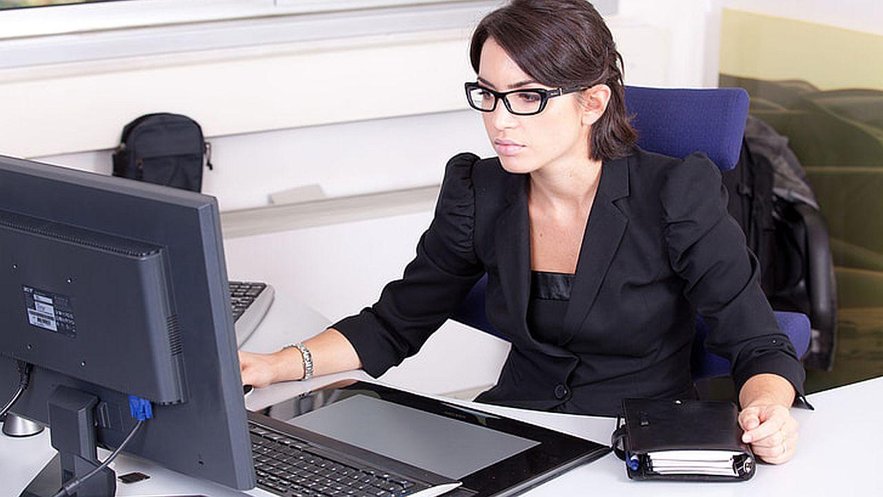 kobieta przez komputerem