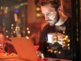 Mężczyzna laptop kawiarnia