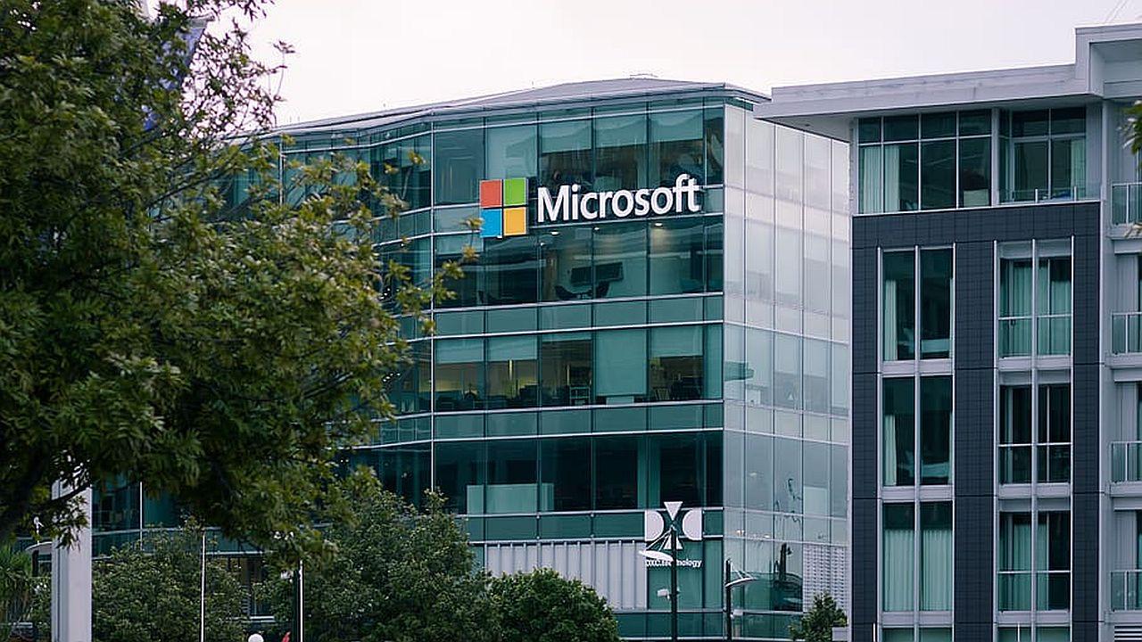 logo Microsoft na budynku