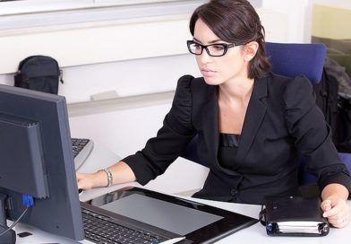 kobieta przezkomputerem