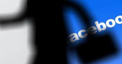 postać na tle logo Facebooka