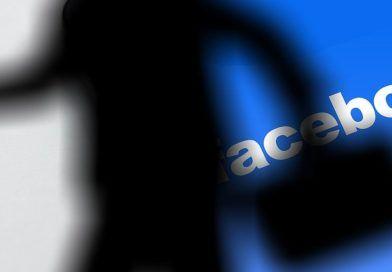 postać natle logo Facebooka