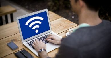 mężczyzna korzystający z podłączonego do Wi-Fi laptopa