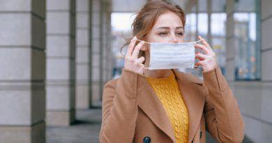 kobieta zakładająca maseczkę