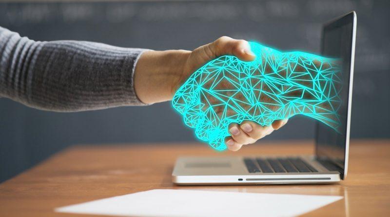człowiek i robot dłonie laptop