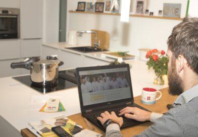home office praca zdalna mężczyzna kuchnia
