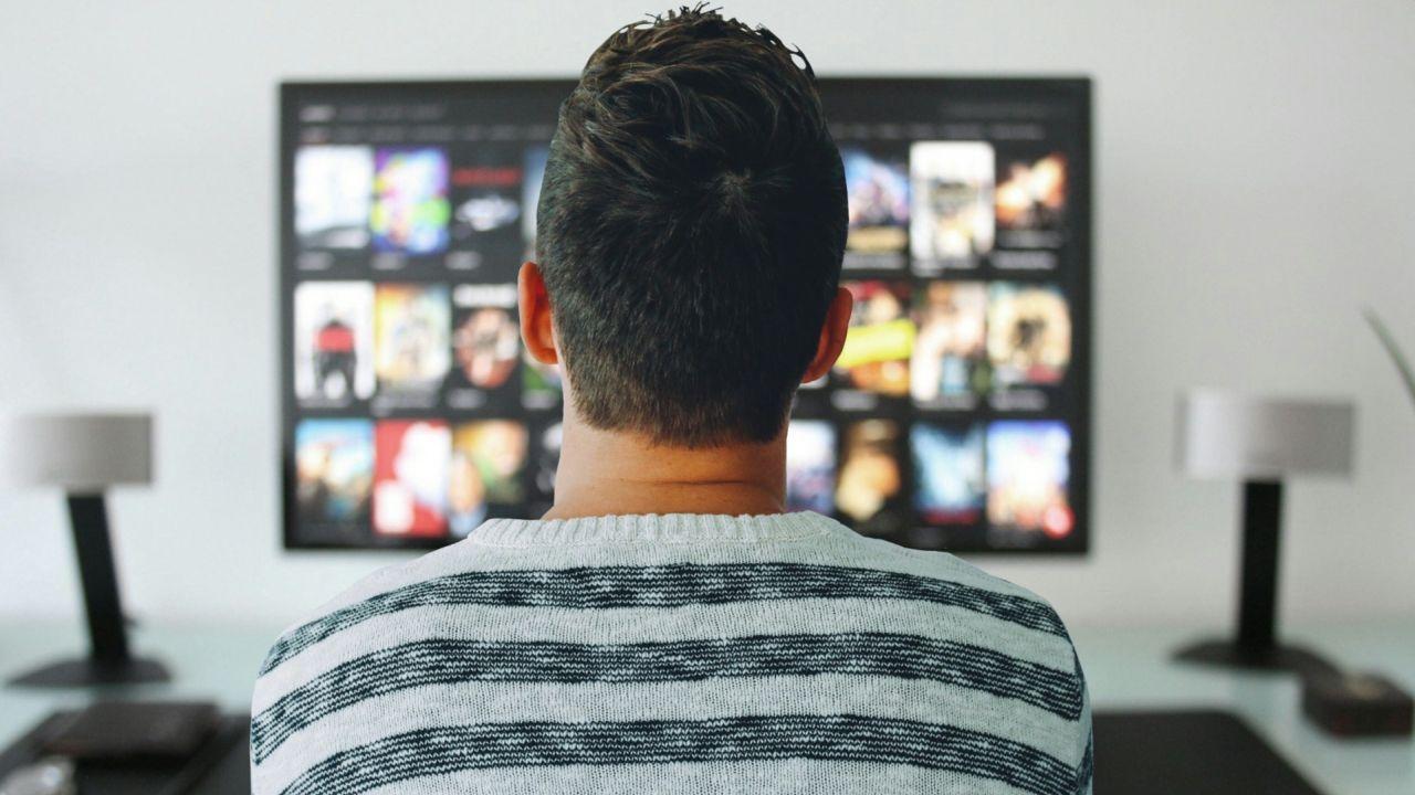 mężczyzna wybierający film w serwisie VoD