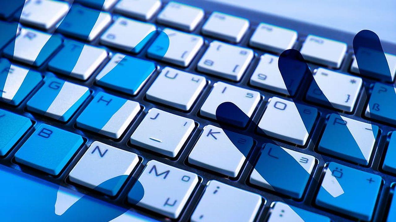 cień rąk nad klawiaturą