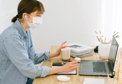 kobieta maseczka laptop koronawirus