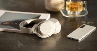 Sony WH 1000XM4 na stole smartfon słuchawki