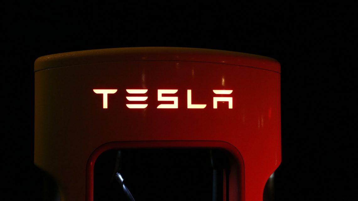 Tesla uderzyła wtył hondy przy prędkości 220 km/h