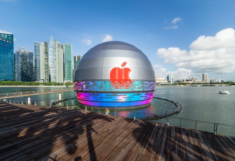 world s first apple store floats water marina bay sands singapore blue sky against modern metropolis city 195031374