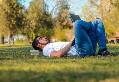 wideokonferencje 24h mężczyzna park laptop książki