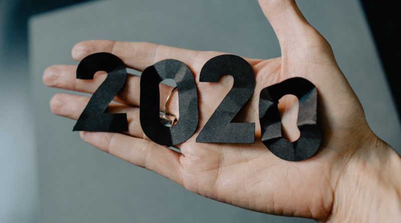 2020 na dłoni (Kelly Sikkema / unsplash)