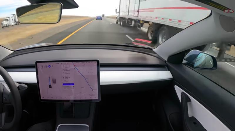 Tesla w trybie autonomicznym