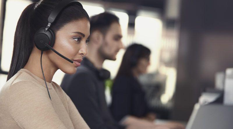 Jabra Evolve2 40 słuchawki kobieta dziewczyna wideokonferencja