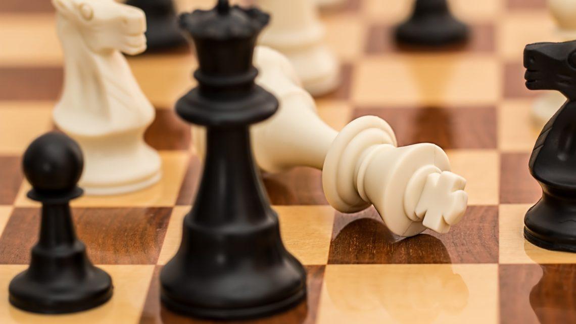Sztuczna inteligencja YouTube blokuje kanał szachowy zasłowa oczarnych ibiałych