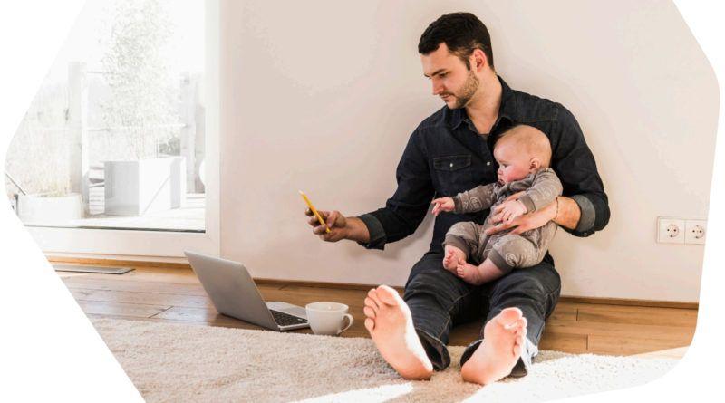 mezczyzna niemowle praca zdalna