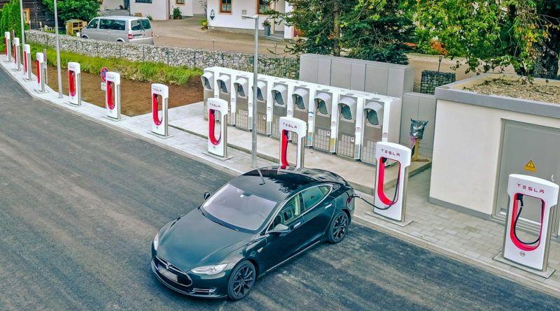 tesla-supercharger-udostepnione-innym-pojazdom-25-mld-dolarow-zysku