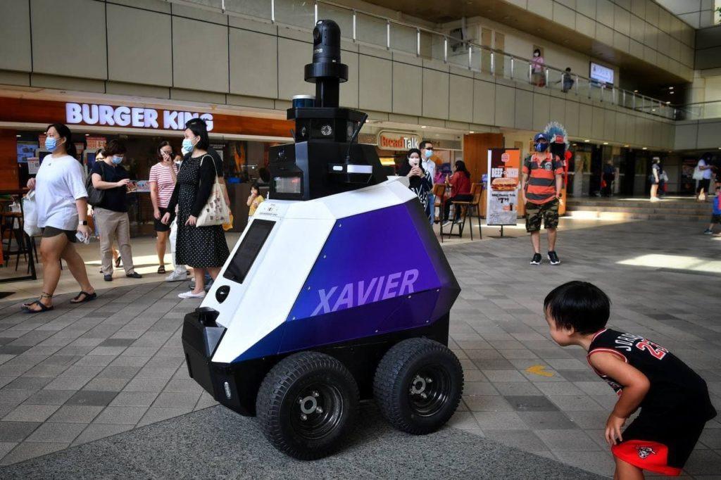 autonomiczne-roboty-xavier-sprawdzaja-zle-zachowania-spoleczne-singapur