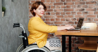 kobieta niepełnosprawna wózek inwalidzki laptop komputer Marcus Aurelius Pexels