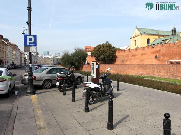 Skutery zaparkowane naStarym Mieście